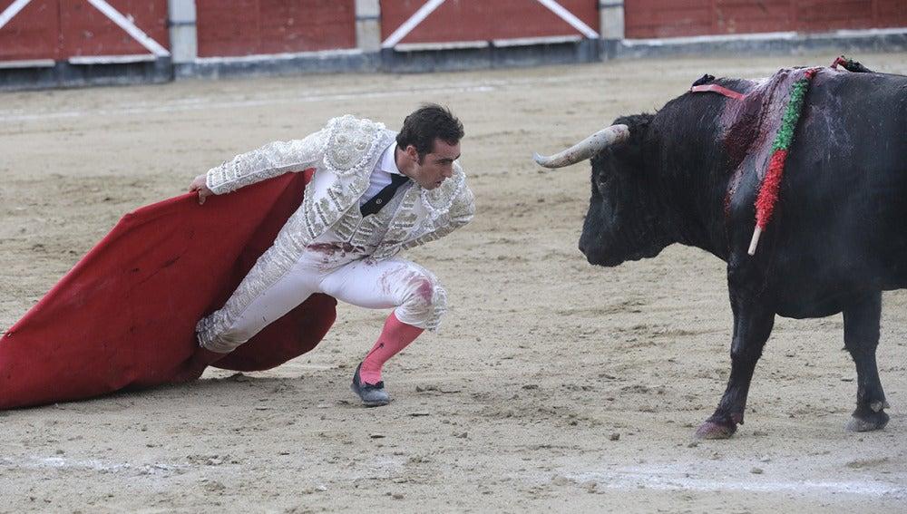 El diestro El Fandi desafía a su tercer toro