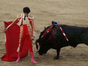 El diestro Alberto López Simón durante el primer toro de los de su lote