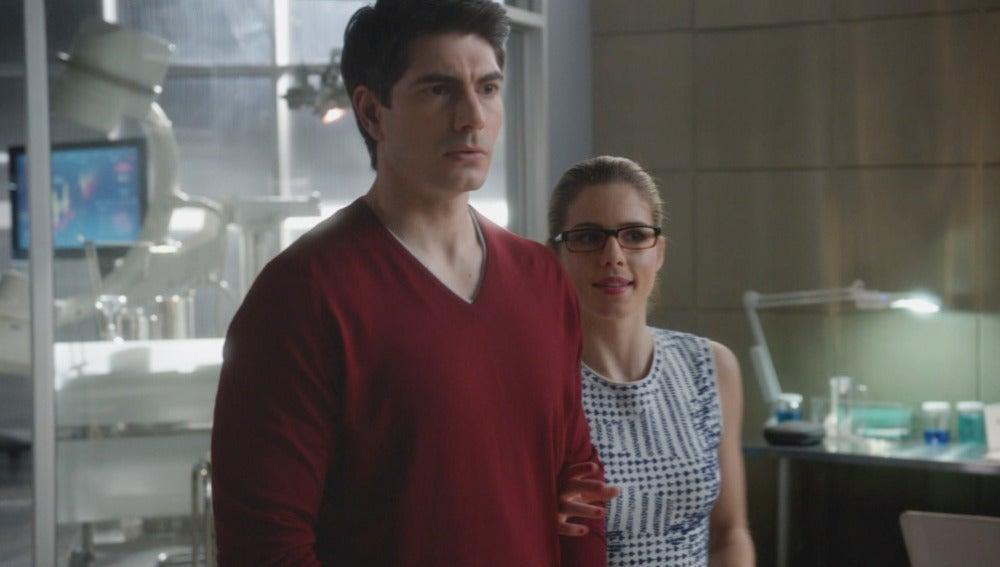 Felicity y Ray visitan Laboratorios S.T.A.R.
