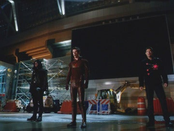 Arrow y Firestrom ayudan a The Flash en su lucha contra Eobard Thawne