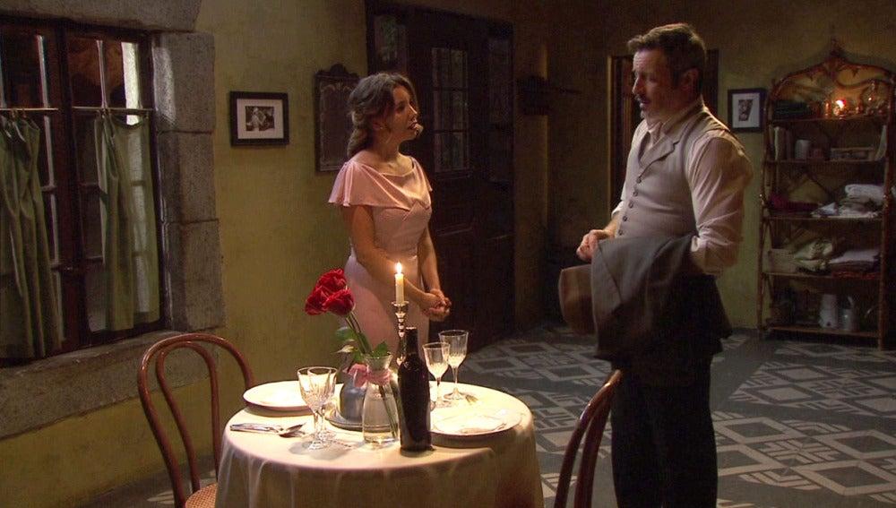 Alfonso da platón a Emilia en una cena romántica