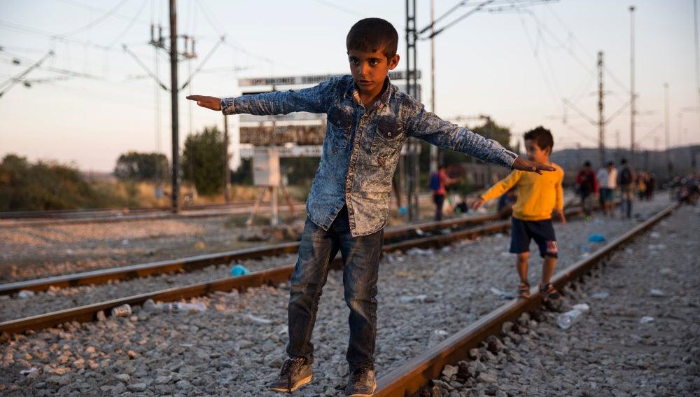 Dos niños en una vías del tren en la frontera entre Macedonia y Grecia.