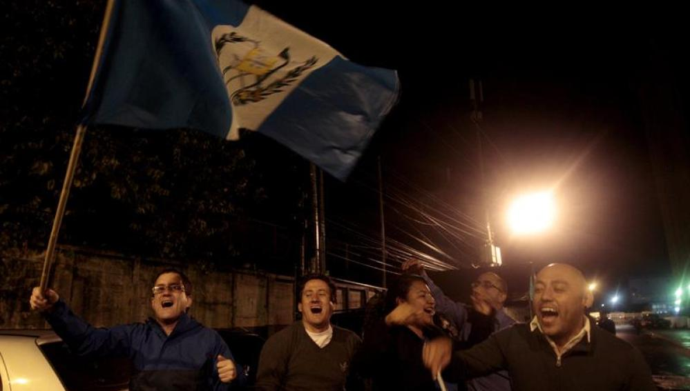 Ciudadanos guatemaltecos celebran la dimisión de Otto Pérez Molina