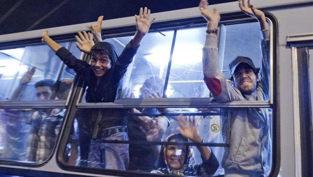 Refugiados sirios viajan hacia Austria