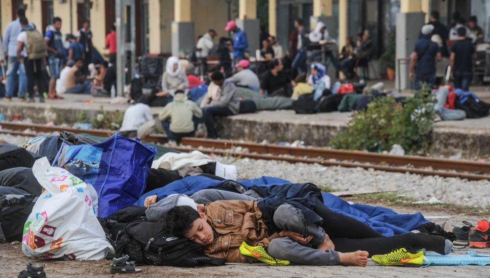 Refugiados junto a las vías del tren