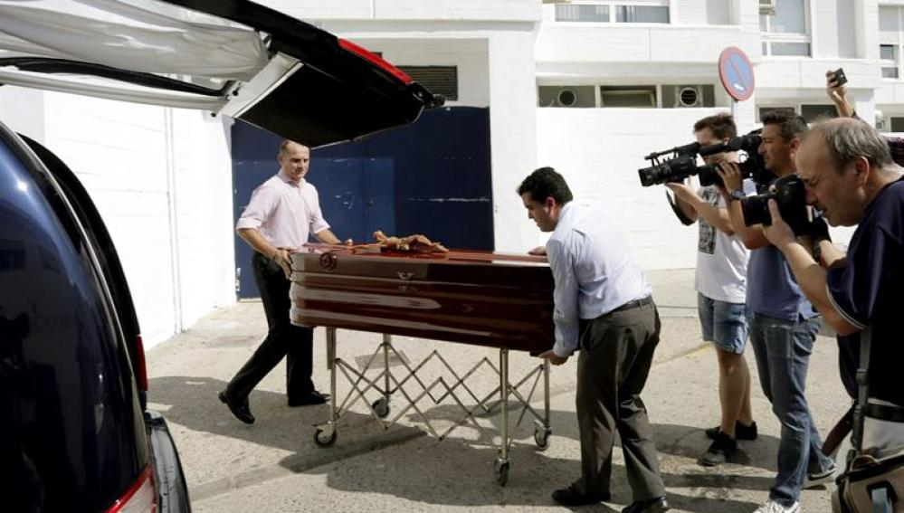 Empleados de la funeraria trasladan el cadáver del empresario José María Ruiz-Mateos a la residencia de Las Hermanita de los pobres.