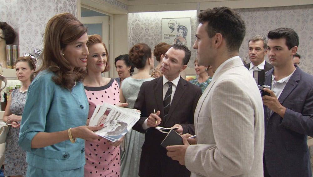 Adela y Loli con la prensa