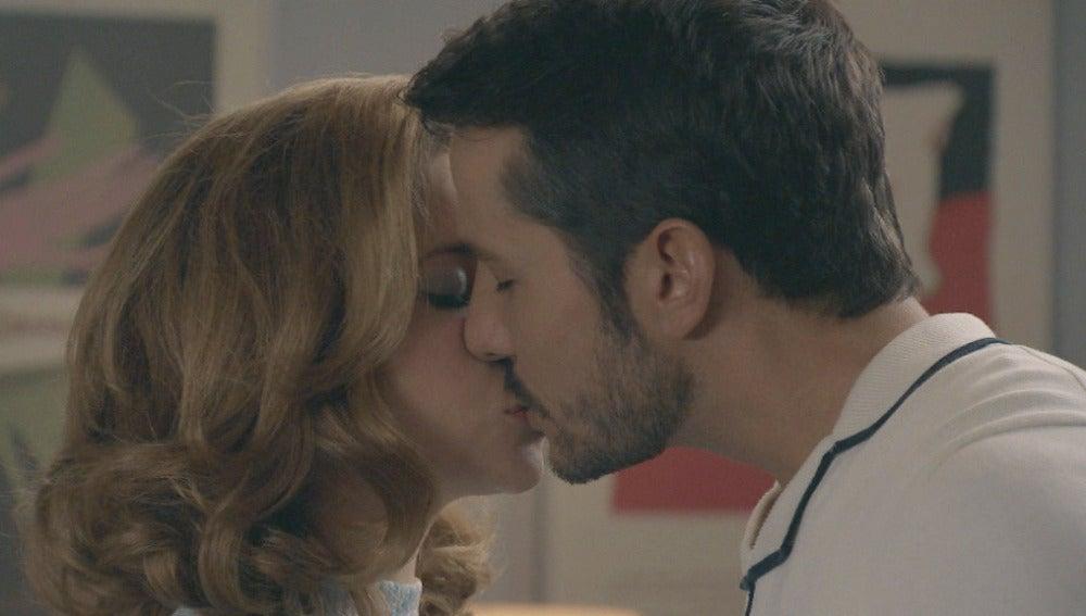 MIguel y Leonor se besan