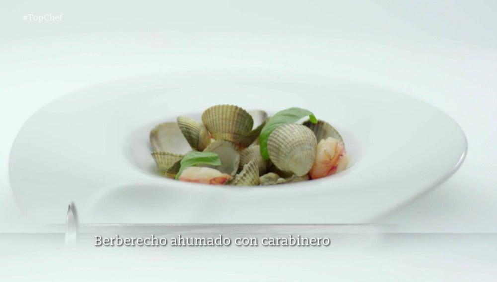 Berberechos y carabinero ahumado con caldo de tomate verde y albahaca