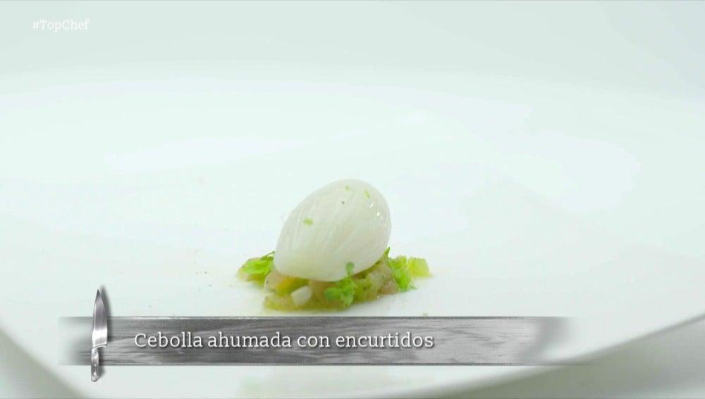 Cebolleta ahumada, tomate, encurtidos y frutos secos