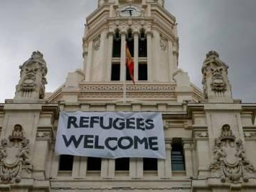Cartel de bienvenida a los refugiados en el Ayuntamiento de Madrid.