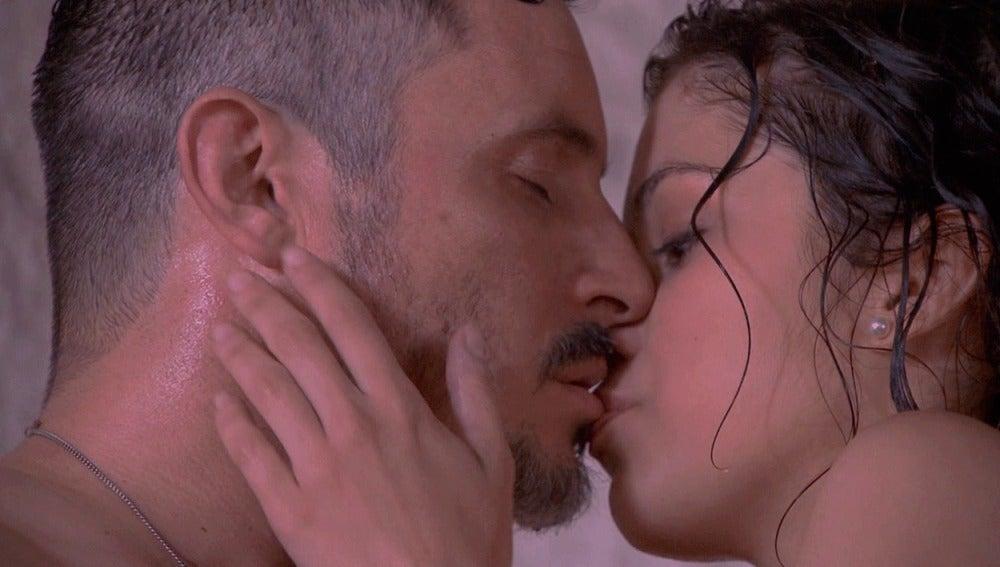 Alfonso y Hortensia se besan apasionadamente