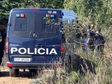 Furgón de la Policía entrando en la finca