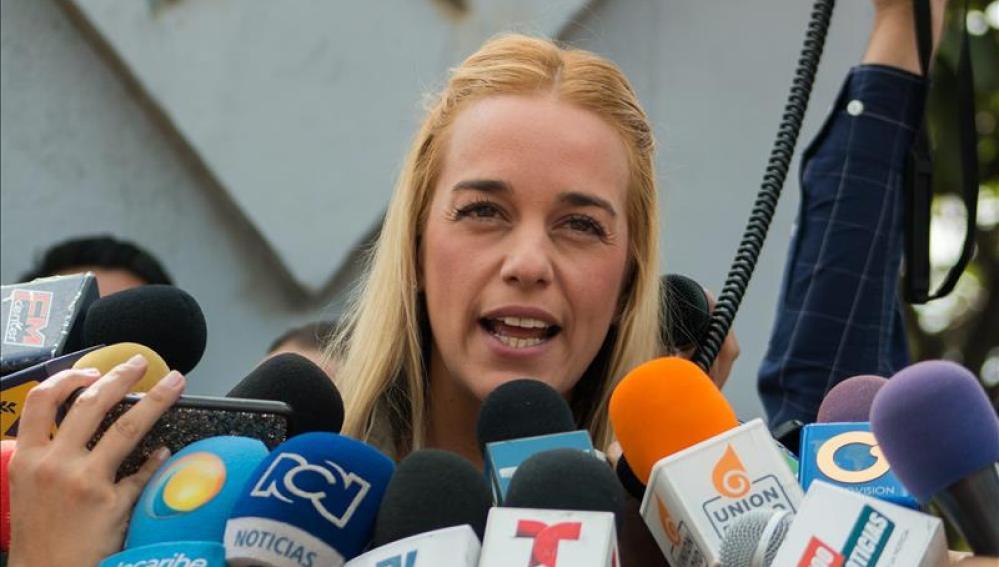 La esposa del dirigente opositor Leopoldo López, Lilian Tintori en una concentración en Caracas