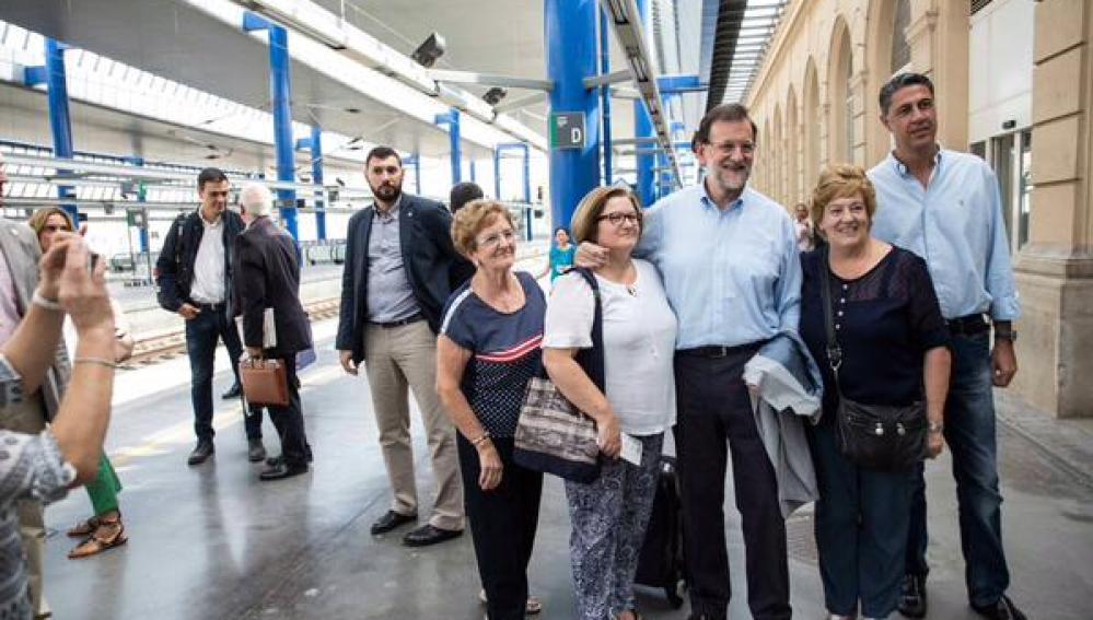 Rajoy y Xavier García Albiol en el aeropuerto con Sánchez de fondo