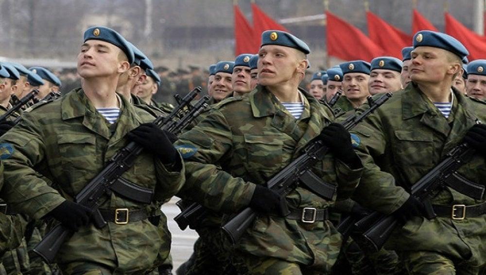 Soldados rusos desfilando