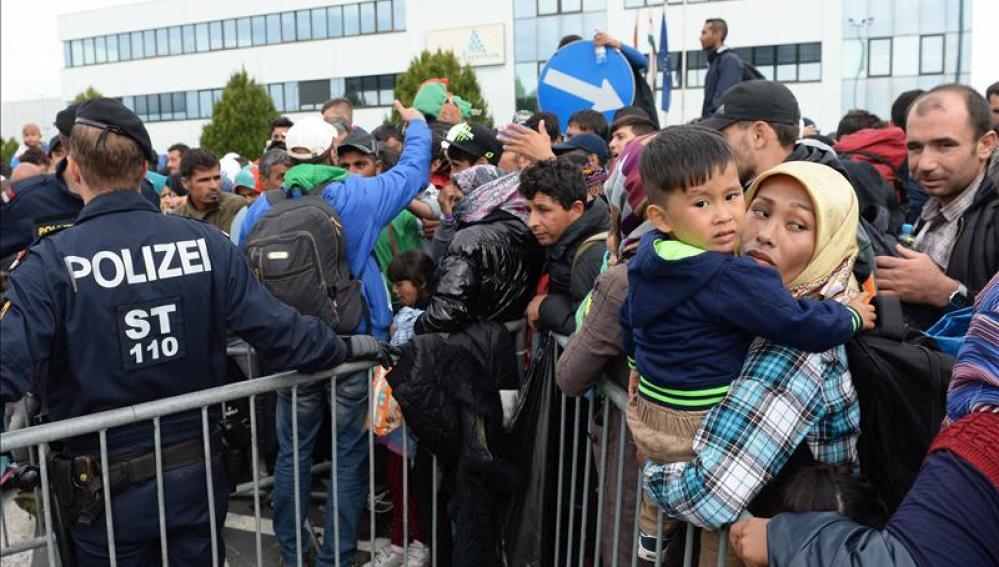 Refugiados hacen cola en la frontera entre Hungría y Austria,