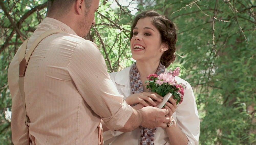 Alfonso regala flores a Hortensia