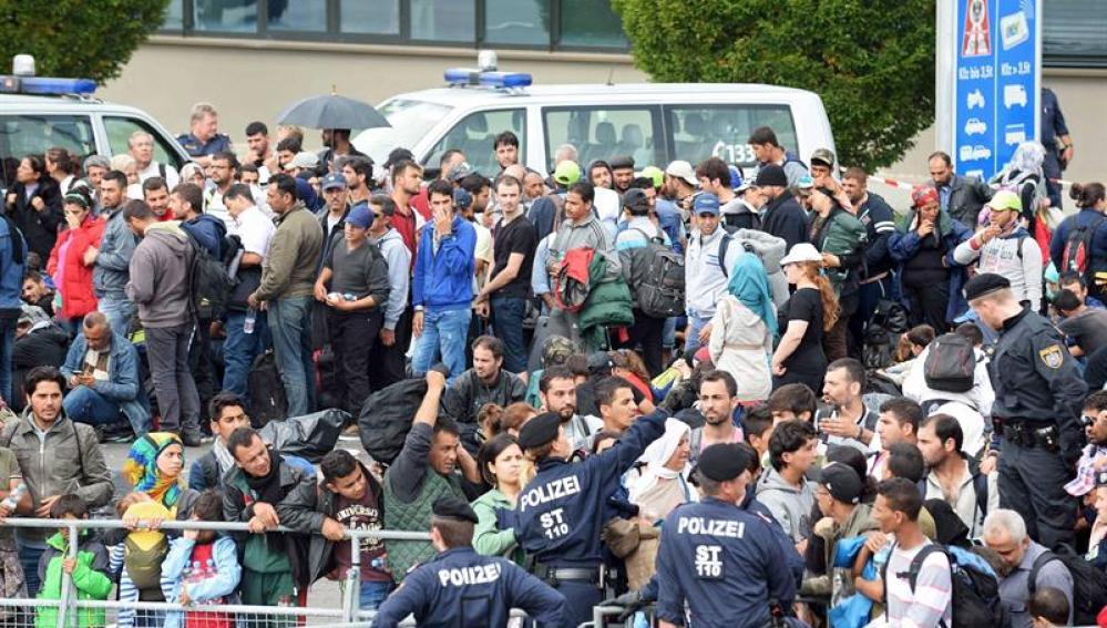 Refugiados hacen cola en la frontera