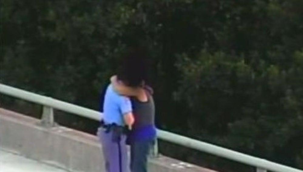 Un policía salva a un hombre de suicidarse