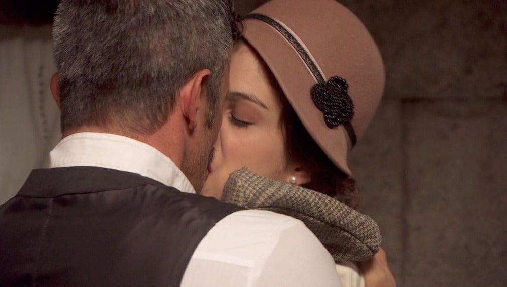 Alfonso resuelve sus problemas con Emilia en los brazos de Hortensia
