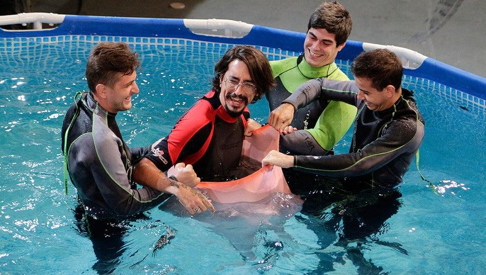 Marron en un gorro de piscina