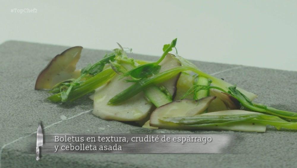 Boletus en textura, crudité de espárrago y cebolleta asada
