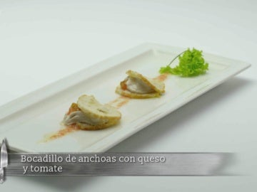 Bocadillo de anchoas con queso y tomate