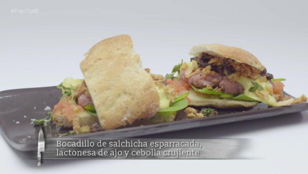 Bocadillo de salchicha esparracada, lactonesa de ajo y cebolla crujiente