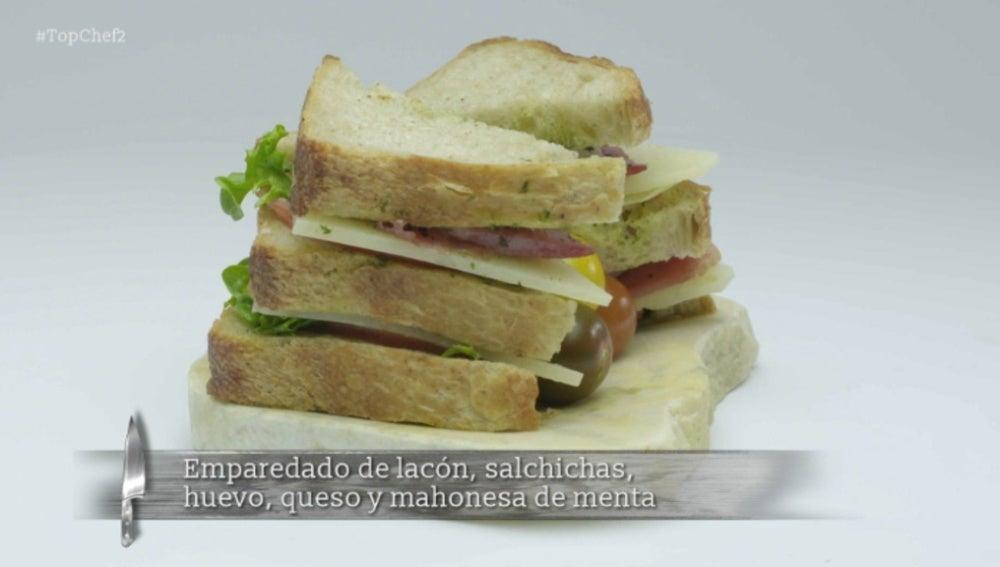 Emparedado de lacón, salchicas, huevo, queso y mahonesa de menta