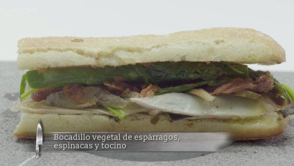 Bocadillo vegetal de espárragos, espinacas y tocino