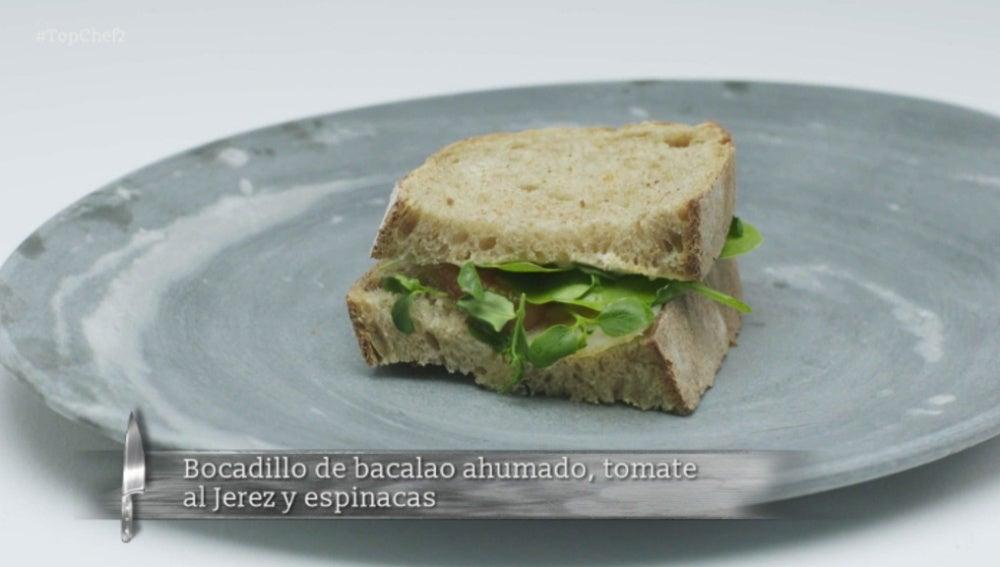 Bocadillo de bacalao ahumado, tomate al Jeréz y espinacas