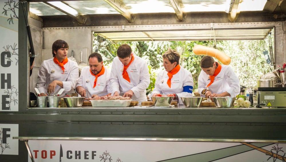 El equipo naranja hace una elaboración mexicana para una comida árabe
