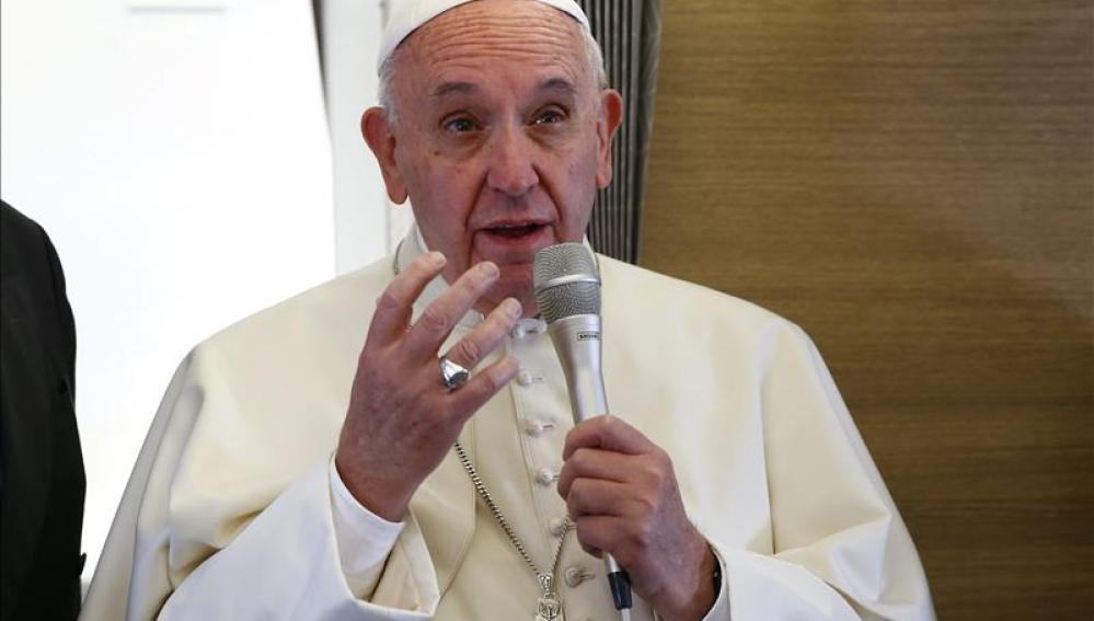 El Papa durante su vuelo a La Habana