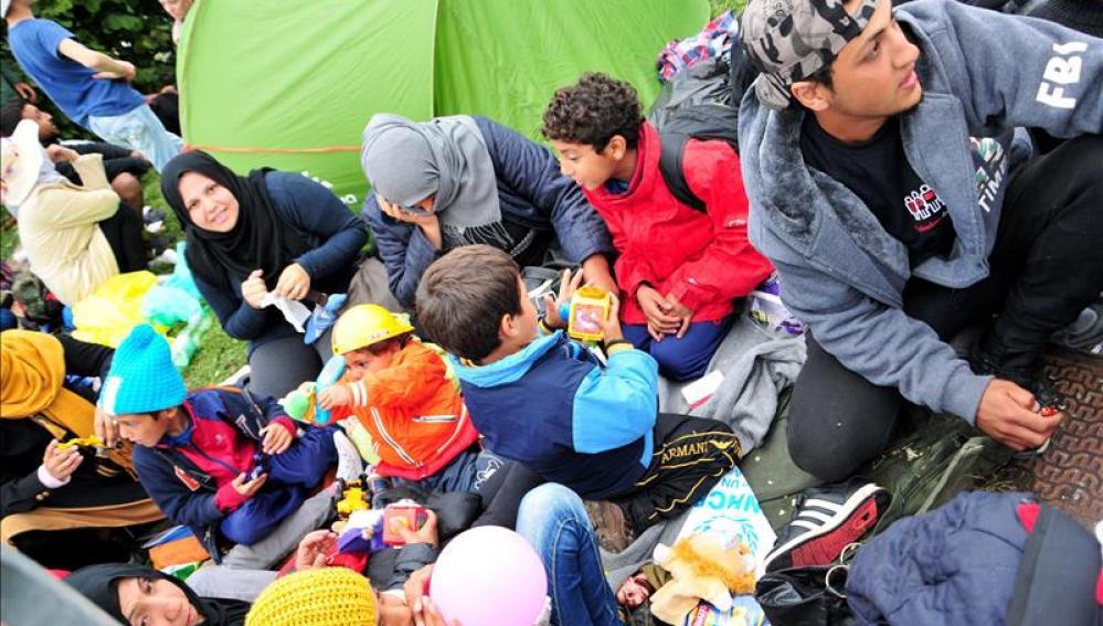 Miles de refugiados esperan en los pasos fronterizos