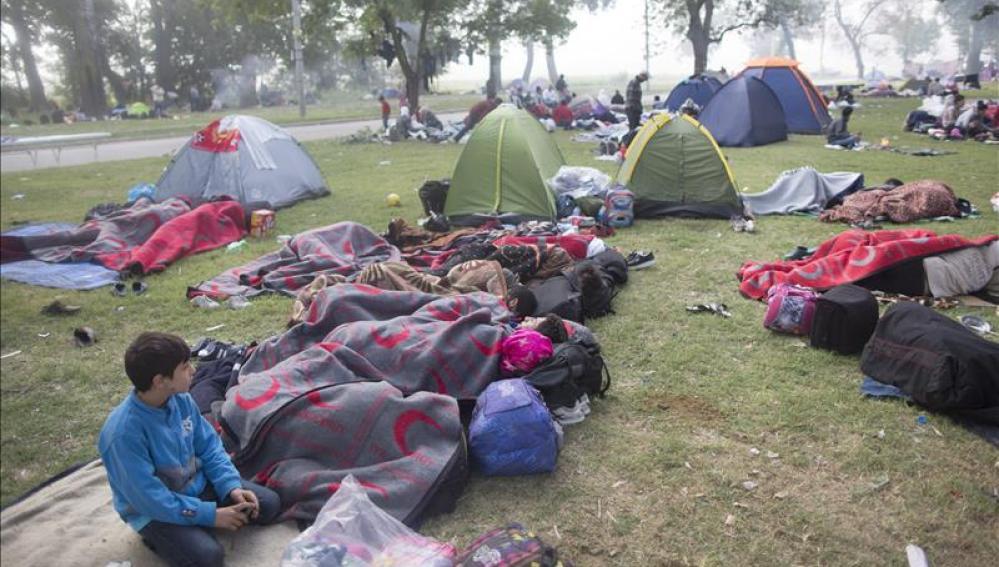 Miles de refugiados esperan su momento