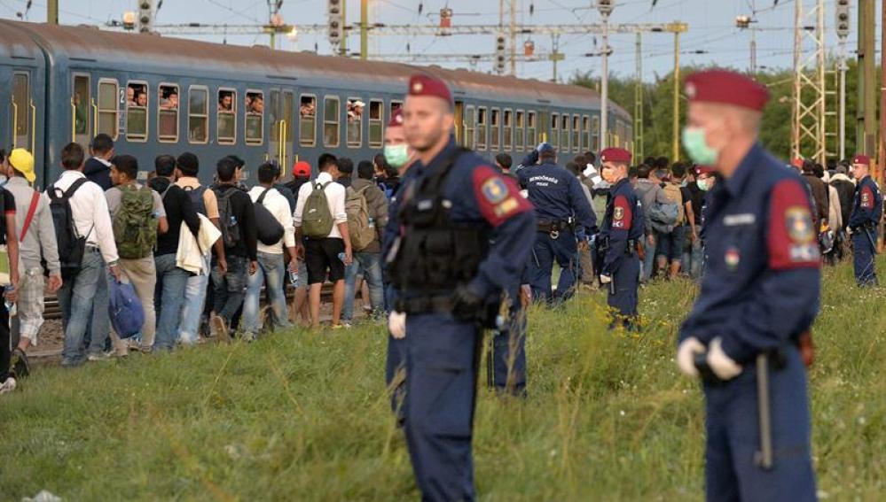 Varios policías vigilan a los inmigrantes en Hungría