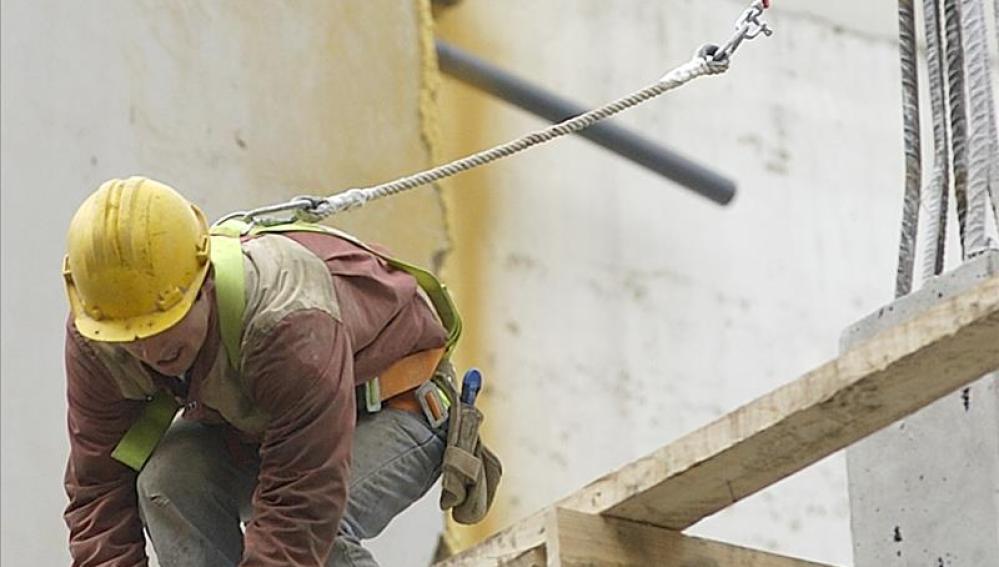 Vista de un trabajador de la construcción con un arnés de seguridad