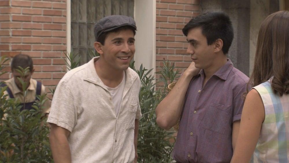 Ángel mira embobado a María y la detiene para preguntarle una dirección