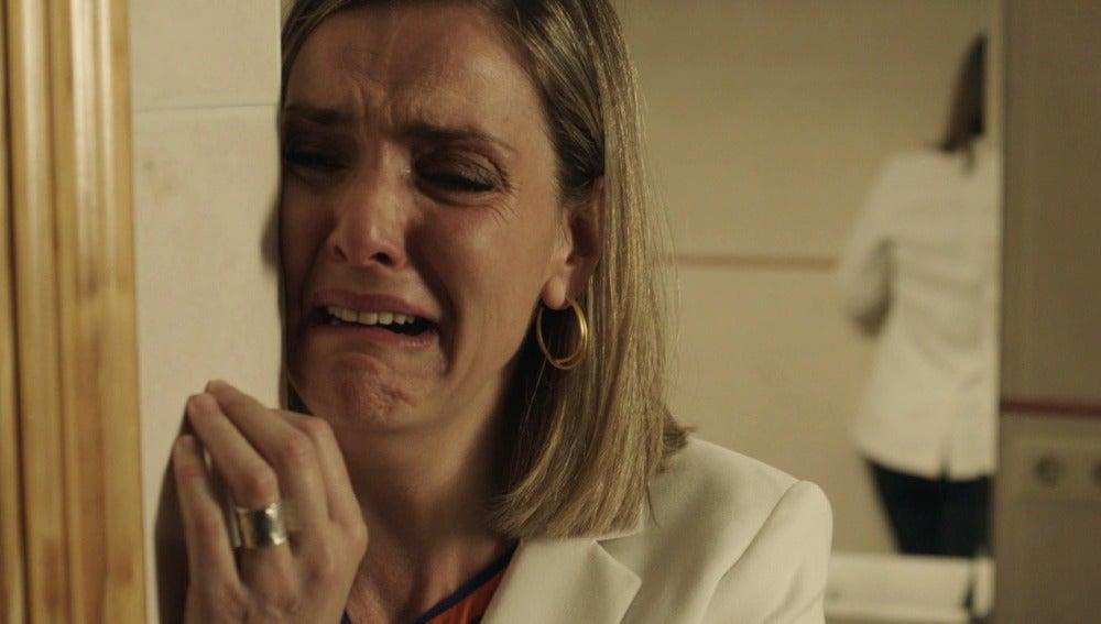 Carmen llora por la muerte de su hija Ainhoa