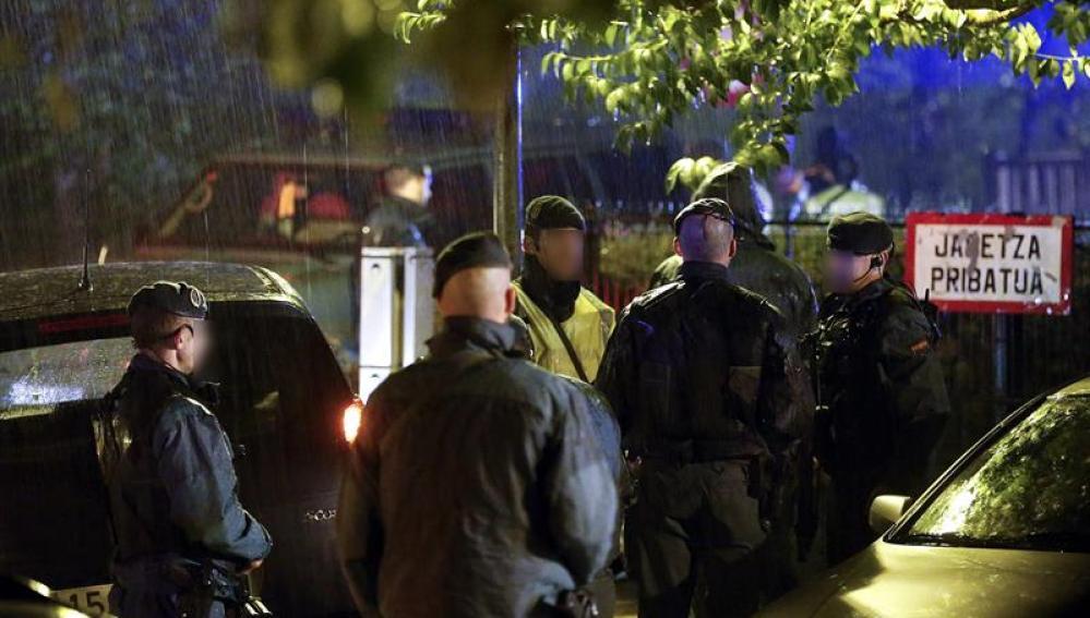Miembros de la Guardia Civil registran el domicilio del presunto etarra