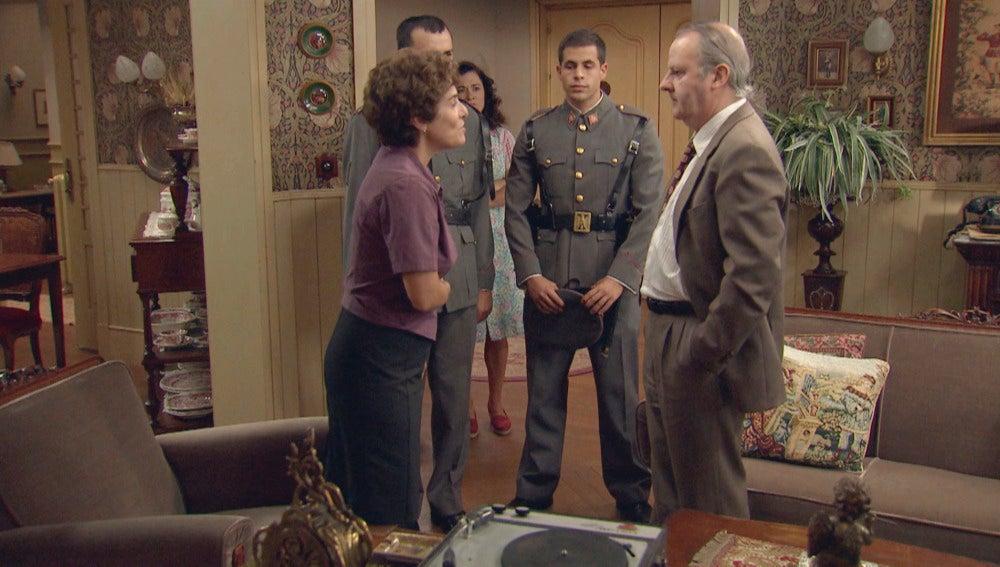 Benigna y Ataúlfo junto a los agentes