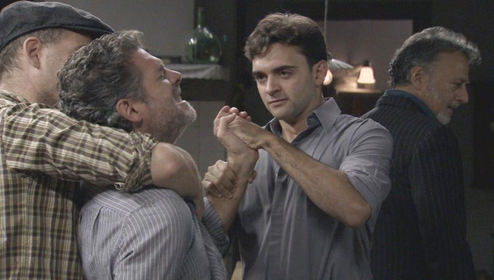 Eladio es amenazado por la banda del Charro