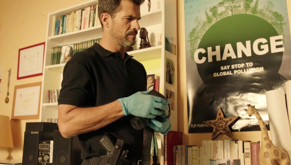 Héctor busca posibles pistas en la habitación de Ainhoa
