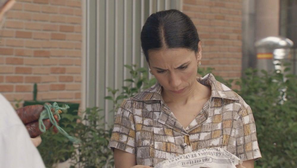Manolita leyendo el periódico