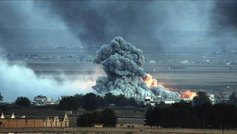 Una explosión tras un bombardeo presuntamente efectuado por la coalición internacional