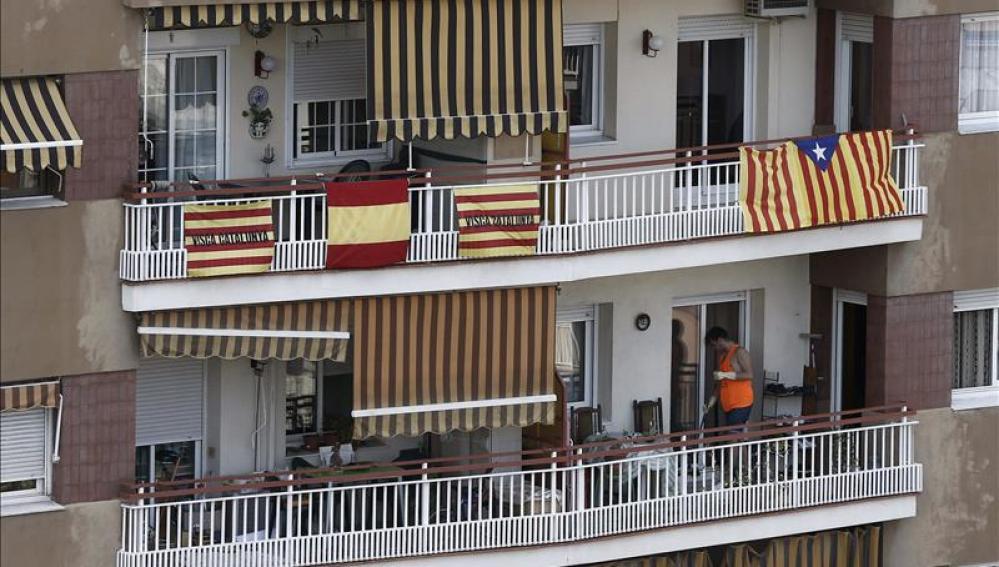 Banderas de Cataluña junto a una española y una estelada en Barcelona