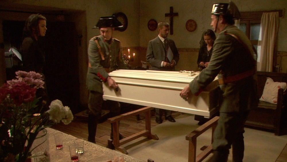 Rosalía duda de las causas de la muerte de Casimiro y pide practicarle una autopsia