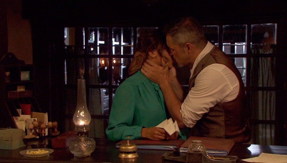 Alfonso pide perdón a Emilia