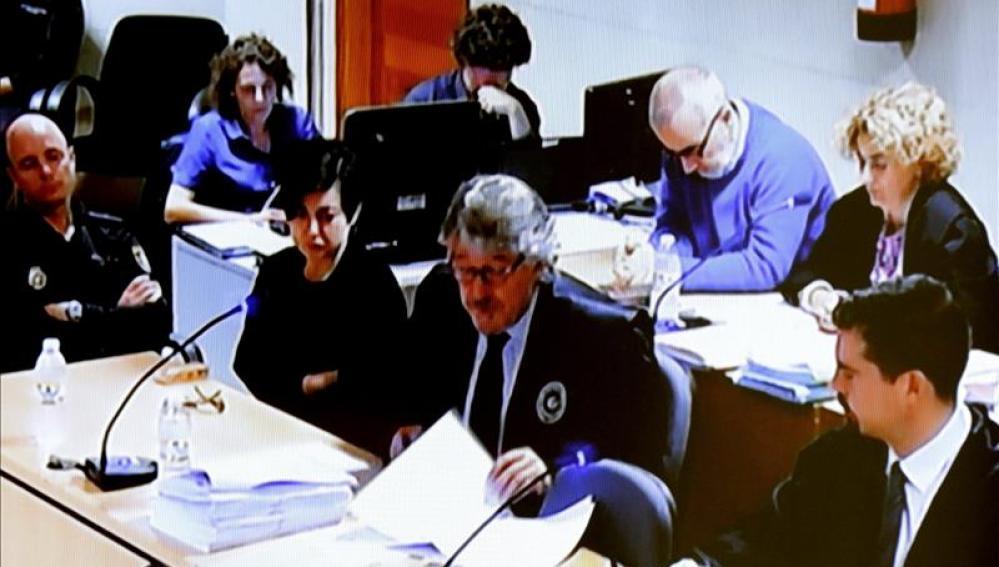 Imagen institucional de televisión de la sala donde se celebra el juicio a Rosario Porto y Alfonso Basterra